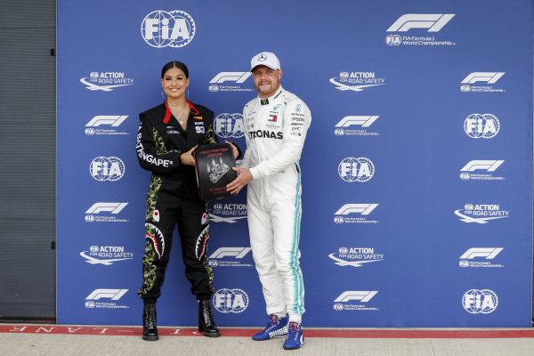 Pole sitter Valtteri Bottas, Mercedes AMG F1 receives the Pirelli Pole position award from Singer-songwriter Mabel