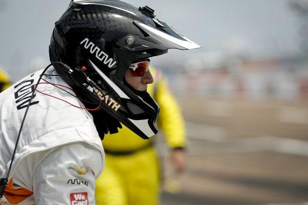 #5: Pato O'Ward, Arrow McLaren SP Chevrolet crew member