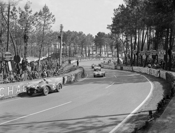 "1955 Le Mans 24 hours.Le Mans, France. 11-12 June 1955.Roy Salvadori/Peter Walker (Aston Martin DB3S) leads Johnny Claes/Jacques Swaters (Jaguar D-type, 3rd position), ""Pierre Levegh""/John Fitch (Mercedes-Benz 200SLR) and Reg Parnell/Dennis Poore (Lagonda DP166). ""Levegh"" later crashed into the crowd killing himself and 80 spectators.Ref-Motor 716/24.World Copyright - LAT Photographic"
