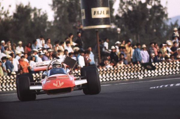 1970 Mexican Grand Prix.Mexico City, Mexico.23-25 October 1970.John Surtees (Surtees TS7A Ford) 8th position.Ref-70 MEX 15.World Copyright - LAT Photographic