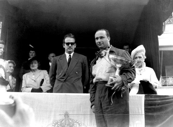 1950 Monaco Grand Prix.Monaco, Monte Carlo. 21st May 1950.Juan Manuel Fangio (Alfa Romeo), 1st position, and HRH Prince Rainier on the podium. Ref-C26734.World Copyright: LAT Photographic