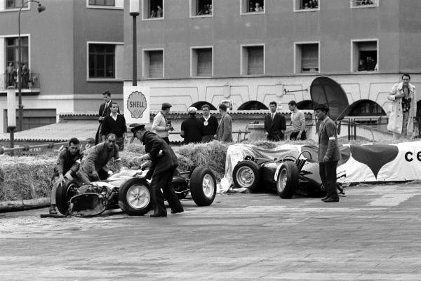 Maurice Trintignant (FRA) Rob Walker Lotus 24 (right) was a first lap retiree when Richie Ginther (USA) BRM P48/57 (left) suffered a stuck throttle at the first corner and crashed into him. Monaco Grand Prix, Monte Carlo, 3 June 1962.