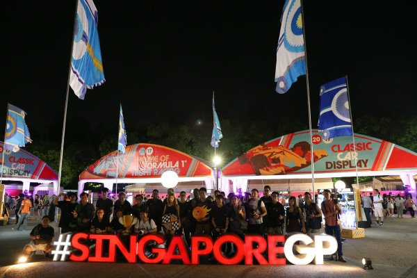 Fans at Formula One World Championship, Rd14, Singapore Grand Prix, Preparations, Marina Bay Street Circuit, Singapore, Thursday 14 September 2017. BEST IMAGE