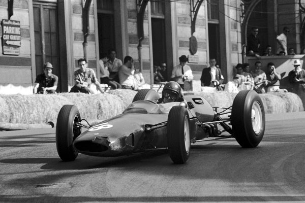 A battle scarred Mike Hailwood (GBR) Lotus 25 finished sixth his first points finish. 