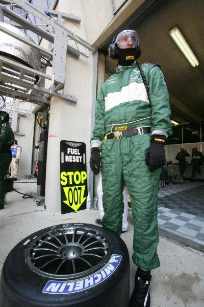 2007 Le Mans Test Day2nd and 3rd June 2007.Le Mans, France.Sunday Test DayAston Martin mechanic ready with Michelin tyre.World Copyright: Glenn Dunbar/LAT Photographic. ref: Digital Image YY8P5392