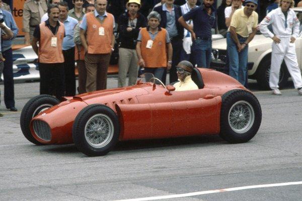 Juan Manuel Fangio, demonstration laps in a Lancia-Ferrari D50, action. World Copyright: Bill Murenbeeld/LAT Photographic.