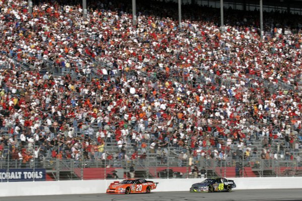 16-18 March 2007, Atlanta Motor Speedway, Atlanta, GAThe crowd stands as they watch Jimmie Johnson chase down Tony Stewart to pass him and win the race©2007, Lesley Ann Miller, USALAT Photographic