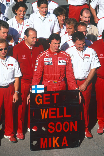 Adelaide, Australia. 10-12 November 1995. Mark Blundell, Ron Dennis, Dave Ryan and the rest of the McLaren Mercedes team, wish Mika Hakkinen a speedy recovery after his accident, portrait. Ref-95 AUS 60 World Copyright - LAT Photographic