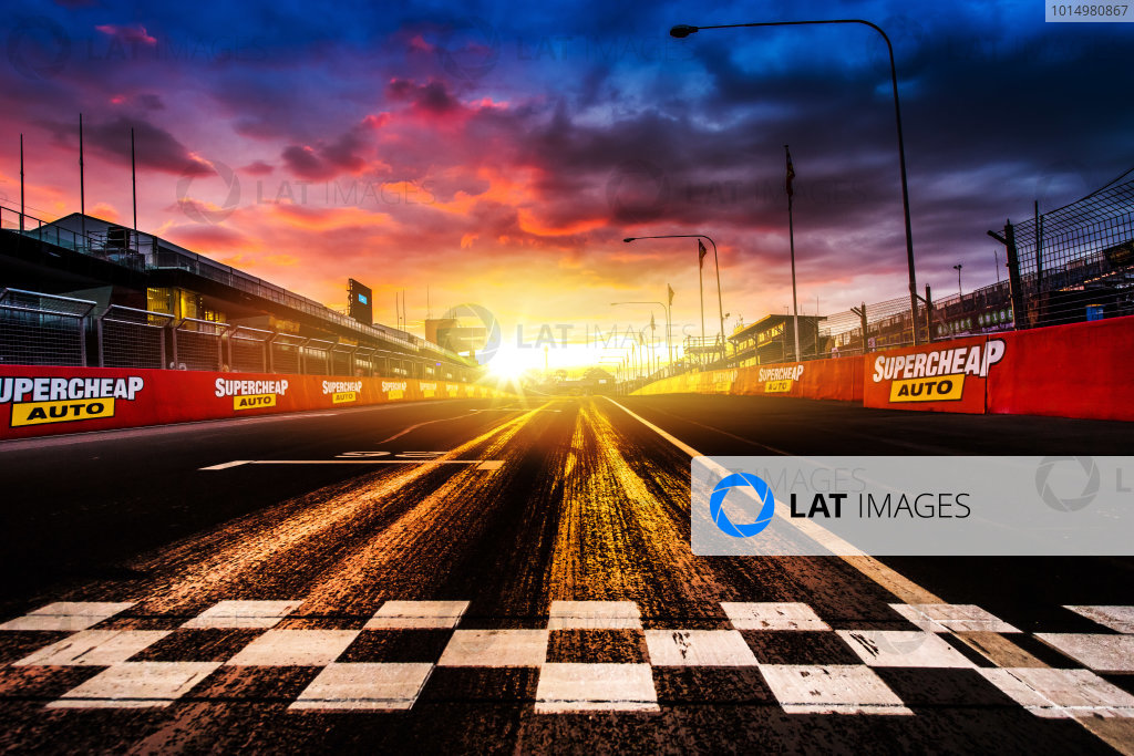 2017 Supercars Championship Round 11.  Bathurst 1000, Mount Panorama, New South Wales, Australia. Tuesday 3rd October to Sunday 8th October 2017. Finish line. World Copyright: Daniel Kalisz/LAT Images Ref: Digital Image 031017_VASCR11_DKIMG_0114.jpg