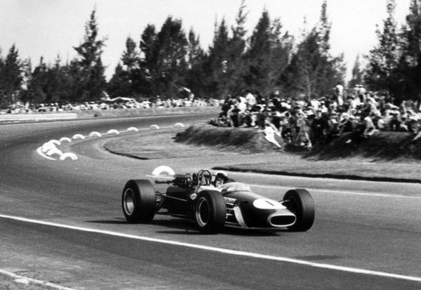1967 Mexican Grand Prix.Mexico City, Mexico. 22 October 1967.Jack Brabham, Brabham BT24-Repco, 2nd position, action.World Copyright: LAT PhotographicRef: b&w print