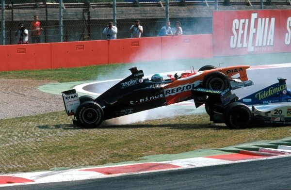 Tora Takagi (JPN) Arrows A20 mounts Luca Badoer's Minardi at the first chicane Italian GP, Monza, 12 September 1999