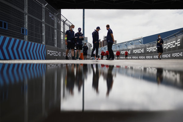 Nick Cassidy (NZL), Envision Virgin Racing, walks the track with members of his team