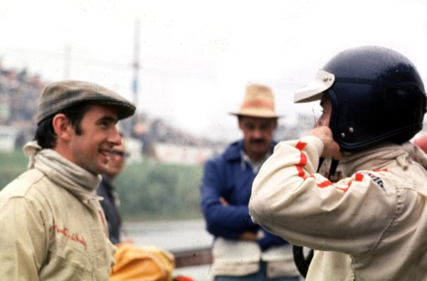 1967 Mexican Grand Prix.Mexico City, Mexico.20-22 October 1967.Jackie Stewart (BRM/Owen Racing Org.) talks to Jim Clark (Team Lotus).Ref-S2A 01.World Copyright - LAT Photographic