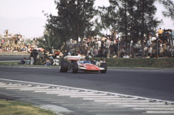 1970 Mexican Grand Prix.Mexico City, Mexico.23-25 October 1970.John Surtees (Surtees TS7A Ford) 8th position.Ref-70 MEX 14.World Copyright - LAT Photographic