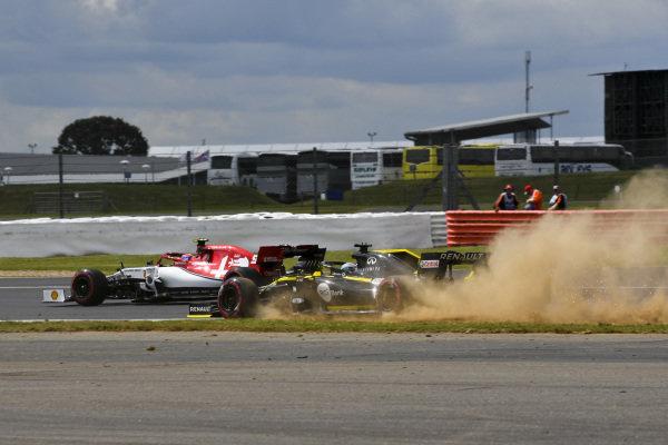 Nico Hulkenberg, Renault R.S. 19 runs wide and Antonio Giovinazzi, Alfa Romeo Racing C38