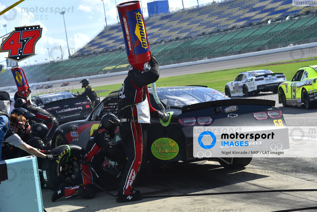 #68: Brandon Brown, Brandonbilt Motorsports, bmsraceteam.com Chevrolet Camaro pit stop