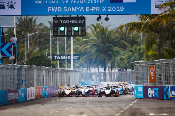 Cars lined up on the grid for the start with Oliver Rowland (GBR), Nissan e.Dams, Nissan IMO1, and Jean-Eric Vergne (FRA), DS TECHEETAH, DS E-Tense FE19, on the front Oliver Rowland (GBR), Nissan e.Dams, Nissan IMO1