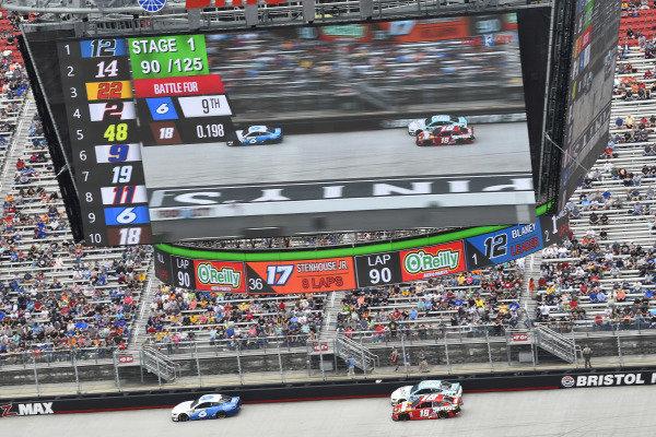 #18: Kyle Busch, Joe Gibbs Racing, Toyota Camry Snickers, #6: Ryan Newman, Roush Fenway Racing, Ford Mustang Wyndham Rewards