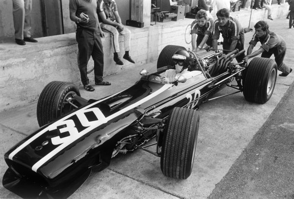 Monza, Italy. 10 September 1967.Jochen Rindt, Cooper T81-Maserati, 4th position, pitlane with Ron Dennis pushing a rear wheel, action.World Copyright: LAT PhotographicRef: 660F - 14A/15.