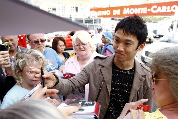 2008 Monaco Grand Prix - WednesdayMonte Carlo, Monaco.21st May 2008.Kazuki Nakajima, Williams FW30 Toyota signs autographs for his fans.World Copyright: Charles Coates/LAT Photographic.ref: Digital Image _26Y4863