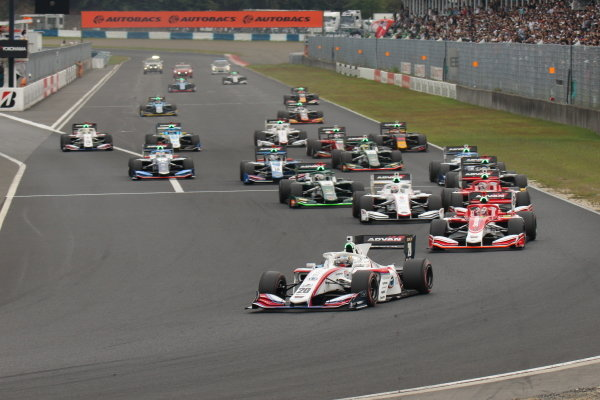The start of round 6, in Okayama. Ryo Hirakawa, Itochu Enex Team Impul, Dallara SF19 Toyota, leads Kenta Yamashita, Kondo Racing, Dallara SF19 Honda and the rest of the pack