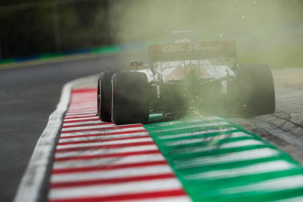 Robert Kubica, Alfa Romeo Racing C39, kicks up some sparks
