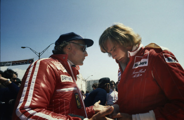Long Beach, Calfornia, USA.26-28 March 1976.Niki Lauda (Ferrari 312T) and James Hunt (McLaren M23 Ford) talk in the pits before the race, portrait.World Copyright - LAT Photographic