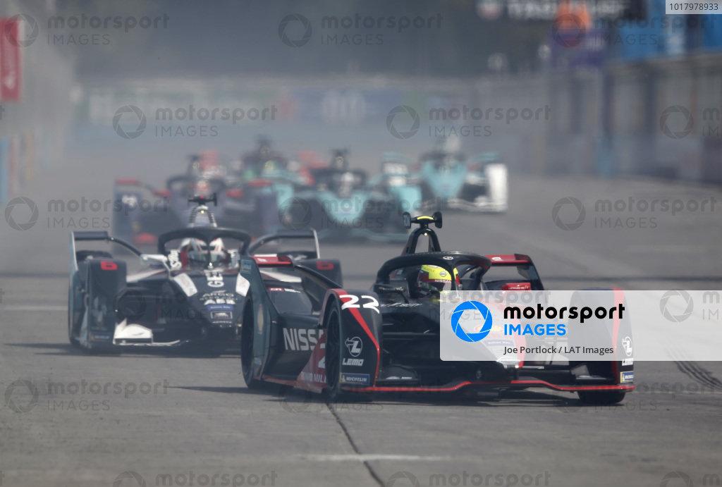 Oliver Rowland (GBR), Nissan e.Dams, Nissan IMO2 leads Brendon Hartley (NZL), GEOX Dragon, Penske EV-4