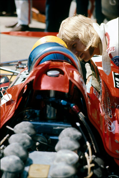 Montjuich Park, Barcelona, Spain. 16-18 April 1971.Reine Wisell (Lotus 72C-Ford), Not Classified, chats to Ronnie Peterson (March 711-Ford), retired, in the pits, portrait.World Copyright: LAT Photographic.Ref:  71ESP