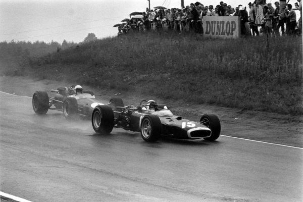 1967 Canadian Grand Prix.Mosport Park, Canada. 27 August 1967.Jackie Stewart, BRM P83, retired, leads Jack Brabham, Brabham BT24-Repco, 1st position, action.World Copyright: LAT PhotographicRef: 1713 #13