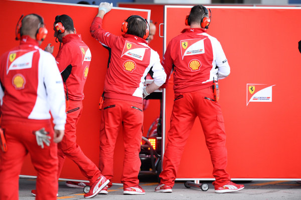 Ferrari mechanics and garage screens. Formula One Testing, Jerez, Spain, Day Two, Wednesday 29 January 2014.