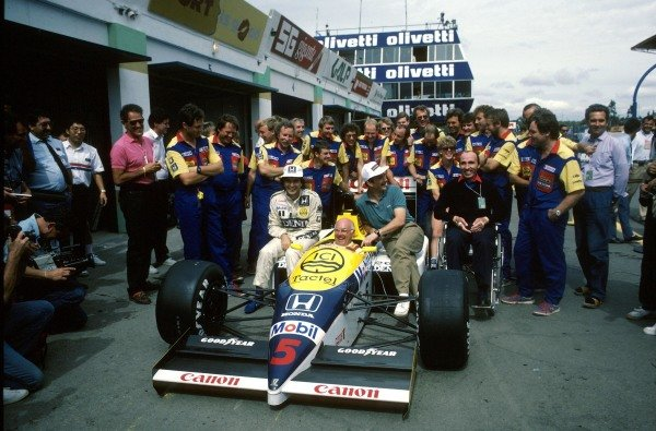 (L to R) Nelson Piquet (BRA) Williams FW11, Murray Walker (GBR), Nigel Mansell (GBR) Williams FW11, Team Owner Frank Williams and the Williams Team pose for a photograph. Portugese Grand Prix, Estoril, 21 September 1986.
