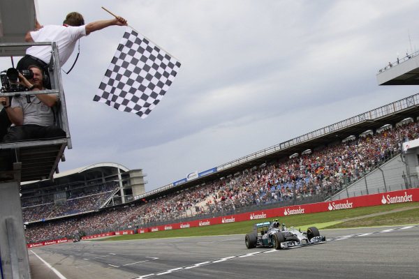 Nico Rosberg, Mercedes F1 W05 Hybrid, crosses the finish line and takes the chequered flag.