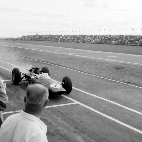 1962 South African Grand Prix.East London, South Africa.27-29 December 1962.Jim Clark (Lotus 25 Climax) retiring from the lead and therefore losing the World Championship.Ref-17167.World Copyright - LAT Photographic