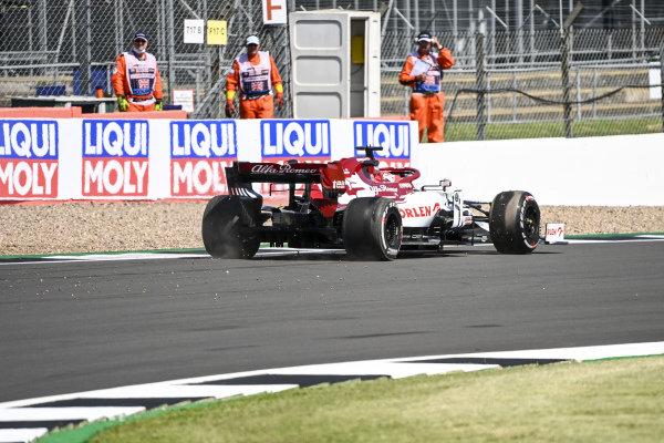 Kimi Raikkonen, Alfa Romeo Racing C39 spins in to the gravel