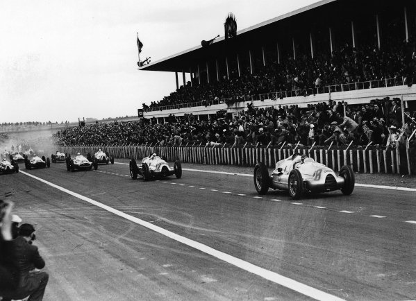 Reims-Gueux, France. 9 July 1939.Tazio Nuvolari and Hermann Muller (both Auto Union D-typ) lead at the start. Muller finished in 1st position. Ref-Autocar C17863.World Copyright - LAT Photographic