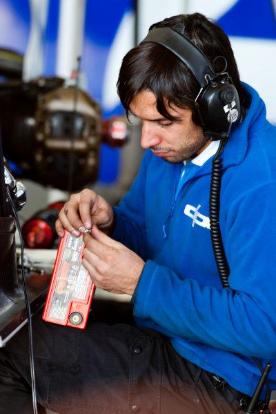Thuesday 12th November 2009. A DPR mechanic at work. World Copyright: Alastair Staley/GP2 Series Media Service.Ref: _O9T1534 jpg