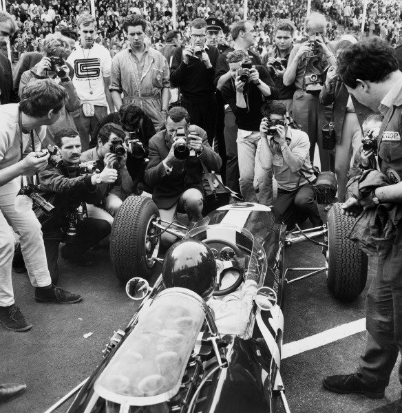 Zandvoort, Holland. 18 July 1965. Rd 6.Jim Clark, Lotus 33-Climax, 1st position, surrounded by photographers   on the grid, action. World Copyright: LAT Photographic.Ref:  B/W Print.