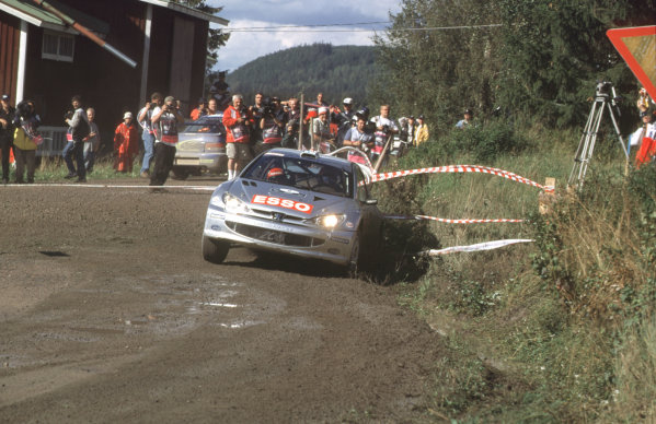 WRC Neste Rally of Finland 200017th - 20th August 2000. Rd 9/13.Toams Lindholm passes Juha Kankkuen on Special Stage 16.Photo:McKlein/LATRef 35mm A15
