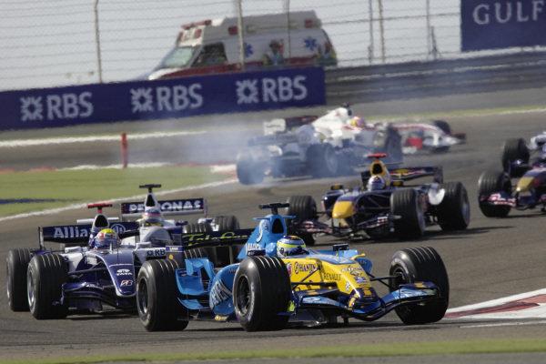 Giancarlo Fisichella, Renault R26 leads Mark Webber, Williams FW28 Cosworth and Jacques Villeneuve, BMW Sauber F1.06.