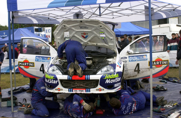 2001 World Rally Championship. ArgentinaMay 3rd-6th, 2001Colin McRae's Focus RS WRC gets intensive treatment at the Mina Clavero service.Photo: Ralph Hardwick/LAT