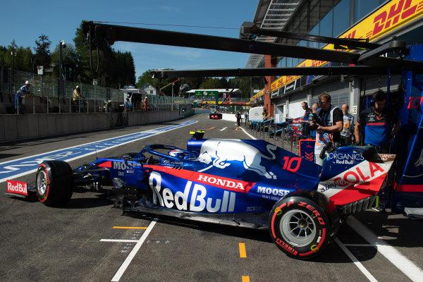 Pierre Gasly, Toro Rosso STR14, leaves the garage