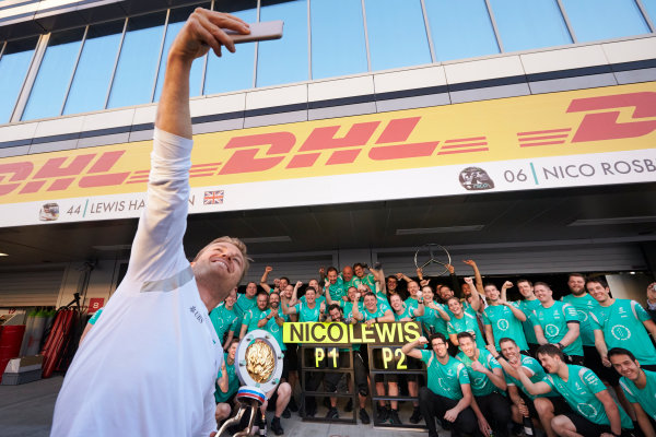 Sochi Autodrom, Sochi, Russia. Sunday 1 May 2016. Nico Rosberg, Mercedes AMG, 1st Position, takes a picture with his team as they celebrate. World Copyright: Steve Etherington/LAT Photographic ref: Digital Image SNE27289