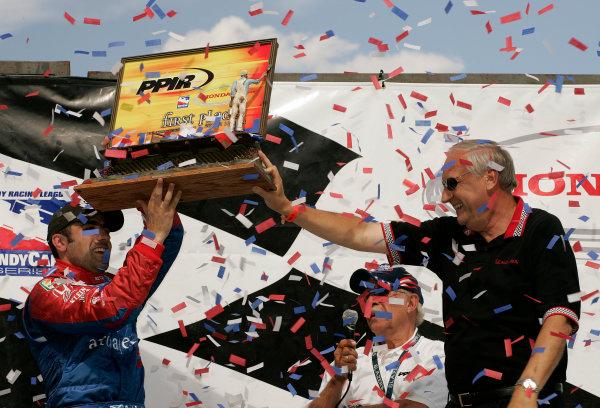 21-22 August, 2004, Colorado Springs, Colorado, USADick Szamborski, VP of Honda Automotive Sales, presents Dario Franchitti with the winner's trophy.-2004, Michael L. Levitt, USALAT Photographic