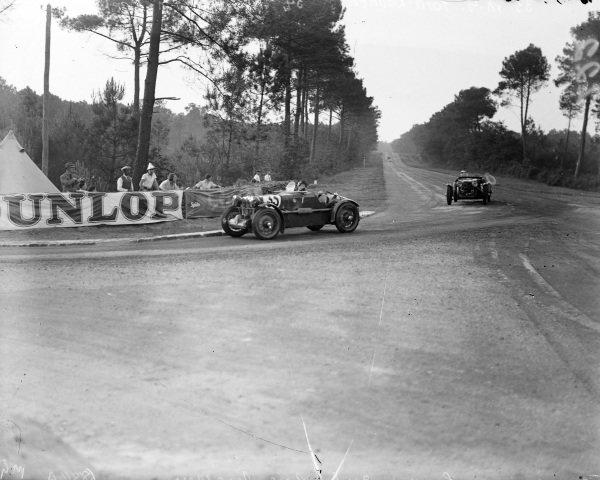 John Ludovic Ford / Maurice Baumer, MG Magnette K3 leads John Cecil Noël / Jen Wheeler, Aston Martin 1.5 Le Mans.