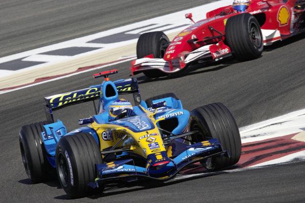 Fernando Alonso, Renault R26 leads Felipe Massa, Ferrari 248 F1.