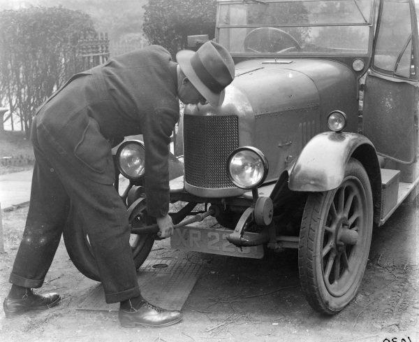 Morris Cowley showing starter handle.