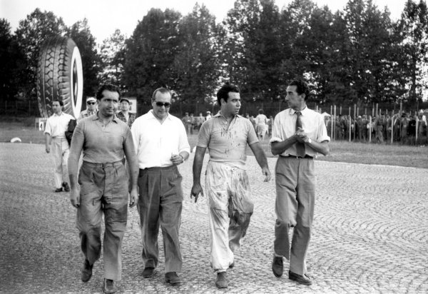 Monza, Italy.11th -13th September 1953.Alberto Ascari (Ferrari 500), 3rd position and Onofre Marimon (Maserati A6GCM), rerired, walk back to the pits, portrait.World Copyright - LAT Photographicref:53/96-27