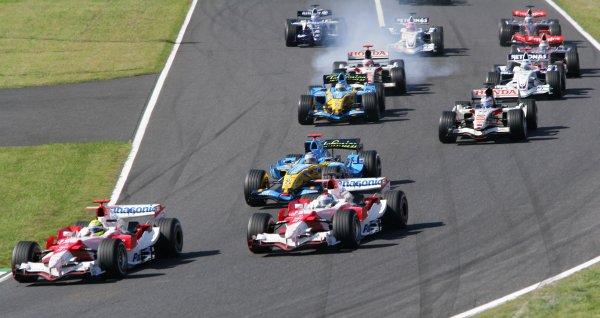 2006 Japanese Grand Prix - Sunday Race,  Suzuka, Japan. Ralf Schumacher and Jarno Trulli, Toyota TF106; Fernando Alonso, Renault R26; action. 8th October 2006  World Copyright: Steve Etherington/LAT Photographic  ref: 48mb Hi Res Digital Image Only