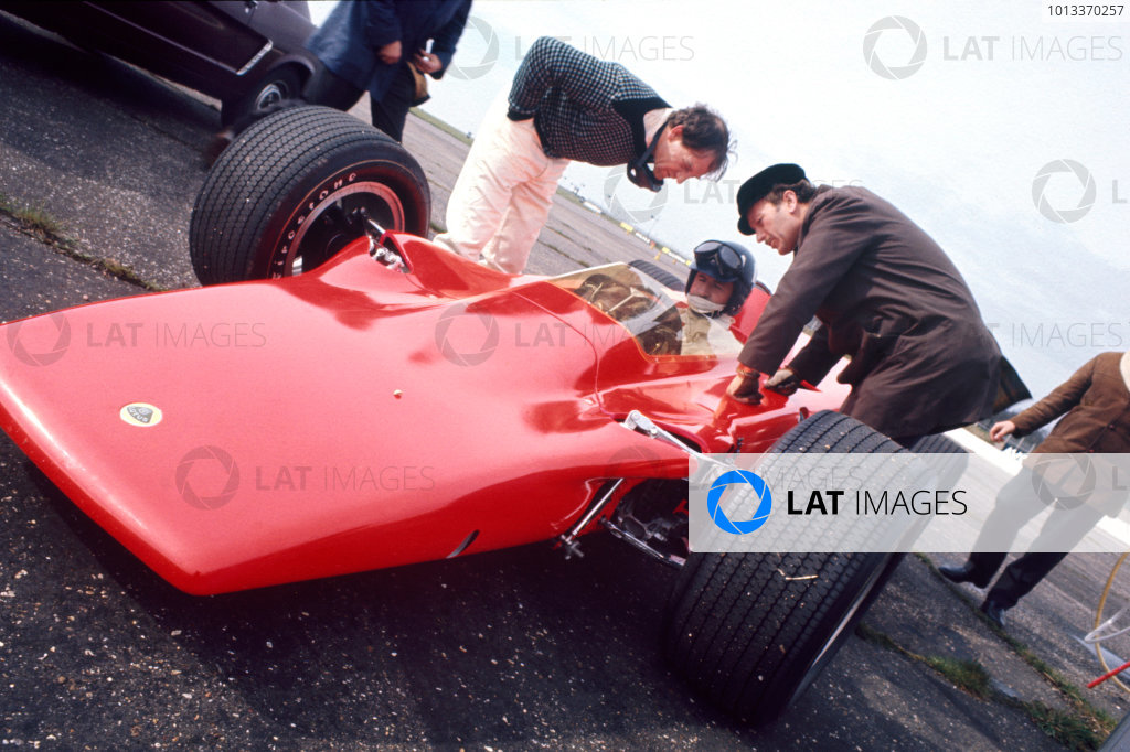 Silverstone, England.Graham Hill tests the Lotus 56 Indianapolis car.World Copyright: LAT Photographic.Ref: 35mm Colour Transparency.